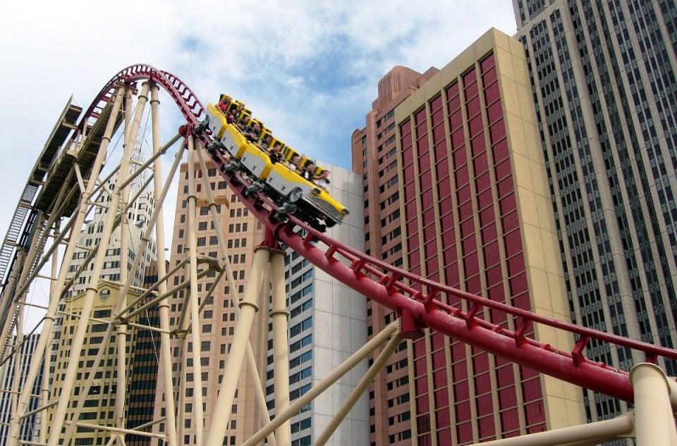 Como é a montanha russa The Roller Coaster